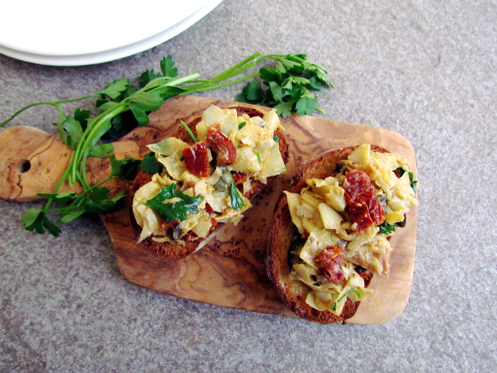 artichoke and sun-dried tomato bruschetta | www.savormania.com