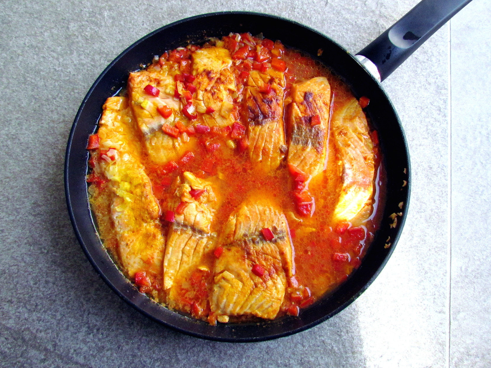 salmon fillets in red pepper sauce | www.savormania.com