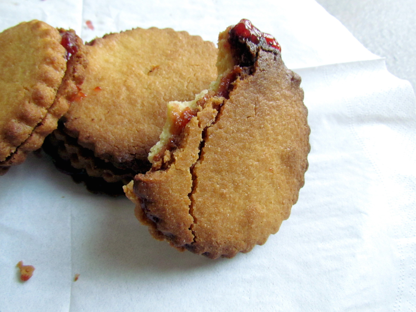 big strawberry jam sandwich cookies | www.savormania.com